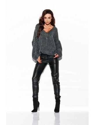 Tmavo-sivý sveter s výstrihom a rozšírenými rukávmi 1