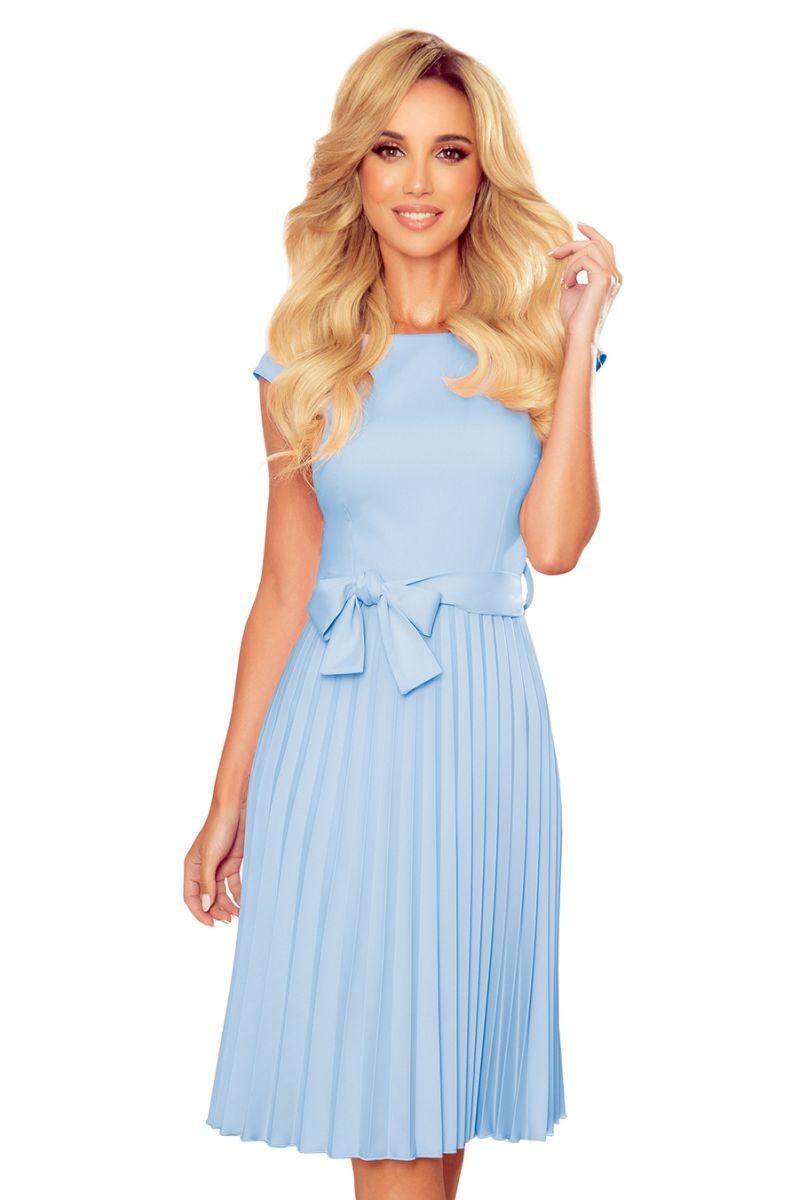 Svetlomodré plisované šaty s krátkym rukávom a mašľou