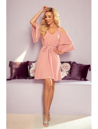 Ľahké púdrovo ružové šaty s výstrihom a viazaním v páse - z predu
